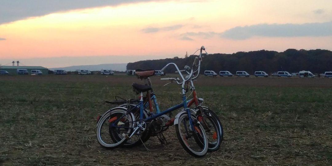 Fahrräder am Hambacher Forst vor Polizei-Kolonne