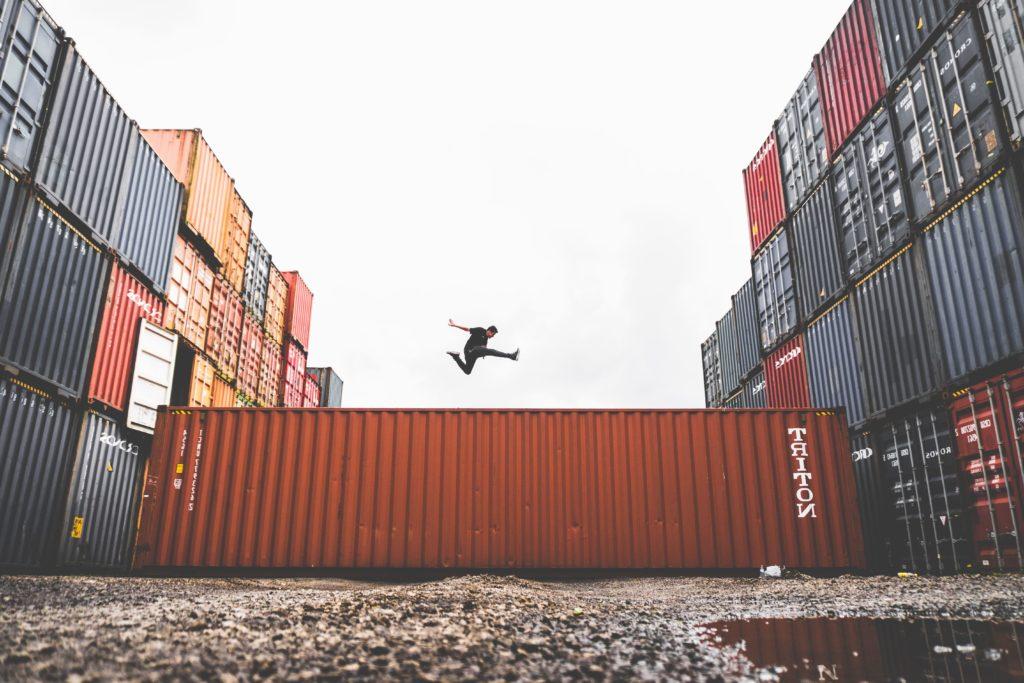 Sprung zwischen Containern