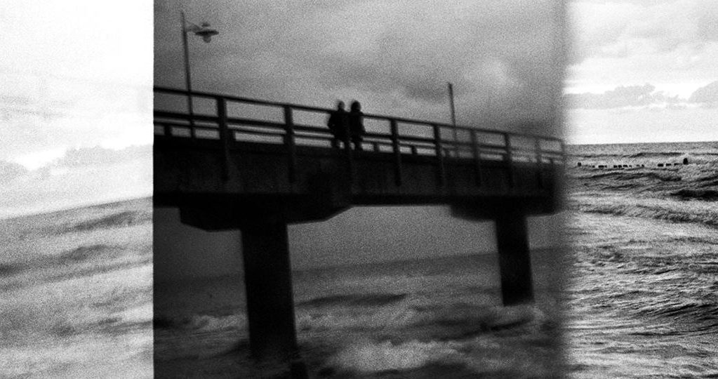 Brücke im rauen Wind
